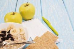 健康饮食、健身和减重概念,苹果,笔记薄,铅笔,在桌上 在视图之上 免版税库存照片