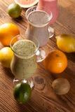 健康饮食、蛋白质震动和果子 免版税图库摄影