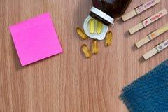 健康饮食与Ω 3的天概念,鱼油胶囊和维生素D 免版税库存图片