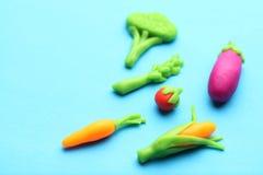 健康饮食的彩色塑泥菜 红萝卜、芦笋、蕃茄、玉米、茄子和硬花甘蓝 抗氧剂,有机食品 免版税库存照片