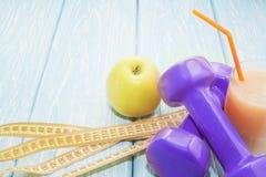 健康饮食的概念 小哑铃,汁液 香蕉 桔子 应用 健康生活方式 体育运动 棒谷物节食健身 库存图片