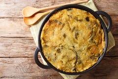 健康饮食英国食物泡影&吱吱声从被烘烤的土豆泥用圆白菜和抱子甘蓝在一个平底锅在桌上 库存照片