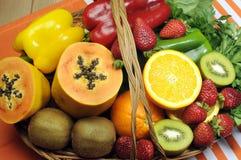 健康饮食-维生素C的来源-在篮子的水果和蔬菜。 免版税图库摄影