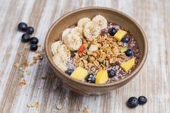 健康香蕉、芒果一个黑莓点心用燕麦和酸奶 库存照片