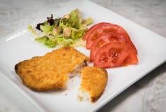 健康鱼片和沙拉在一块白色板材 库存照片