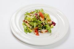 健康鸡丁沙拉用新莴苣和芝麻菜和切片果子 库存图片