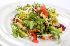 健康鸡丁沙拉用新莴苣和芝麻菜和切片果子 免版税库存图片