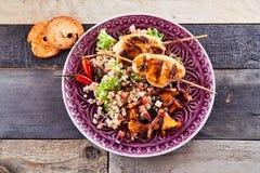 健康,食家烤肉鸡串盘 图库摄影