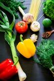 健康,饮食或者素食主义者食物概念 在黑背景的新鲜蔬菜 顶视图 平的位置 免版税库存图片