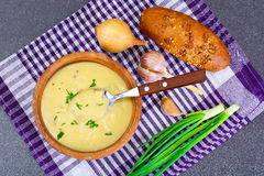 健康,饮食食物:土豆汤用油煎方型小面包片、面包和gr 库存照片