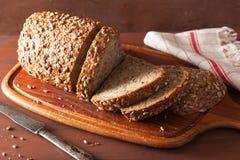 健康整个五谷面包用红萝卜和种子 库存照片