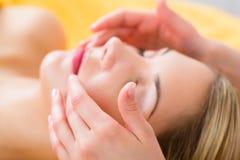 健康-得到在温泉的妇女顶头按摩 免版税库存图片