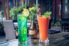 健康水果的木瓜汁和柠檬水在一块玻璃在一张木桌上 巴厘岛 免版税图库摄影