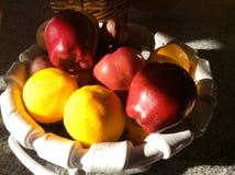 健康水果篮用苹果桔子柠檬 库存图片