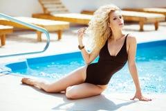健康 比基尼泳装模型 有波浪发的美丽的性感的妇女在b 免版税库存照片