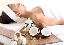 健康&温泉治疗与椰子油,女性放松 免版税库存图片