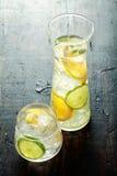 健康水用里面新鲜的柠檬 免版税库存图片