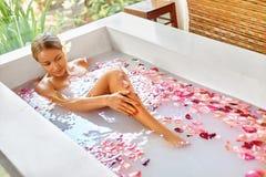 健康 皮肤,身体关心温泉疗法 浴妇女 beauvoir 免版税库存照片