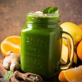 健康绿色圆滑的人用在玻璃瓶子的菠菜 免版税图库摄影