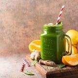 健康绿色圆滑的人用在玻璃瓶子的菠菜 免版税库存照片