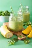 健康绿色圆滑的人用菠菜在玻璃瓶子的芒果香蕉 图库摄影