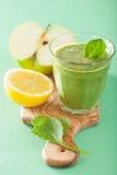 健康绿色圆滑的人用菠菜留下苹果柠檬 库存照片