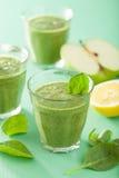 健康绿色圆滑的人用菠菜留下苹果柠檬 免版税库存照片