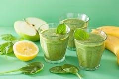 健康绿色圆滑的人用菠菜离开苹果柠檬香蕉 库存照片