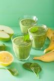 健康绿色圆滑的人用菠菜离开苹果柠檬香蕉 免版税库存照片
