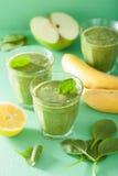 健康绿色圆滑的人用菠菜离开苹果柠檬香蕉 免版税库存图片