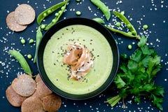 健康绿色汤用火腿和豌豆在背景 免版税库存图片