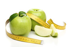 健康绿色苹果和一卷测量的磁带 免版税库存照片