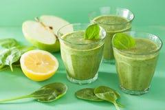 健康绿色菠菜圆滑的人用苹果柠檬 免版税库存图片