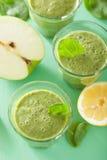 健康绿色菠菜圆滑的人用苹果柠檬 免版税库存照片