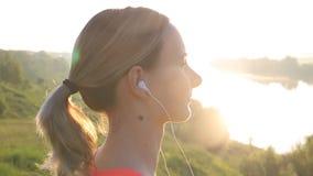 健康活跃生活方式 听到音乐的年轻可爱的慢跑者妇女 股票视频