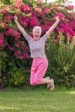 健康活跃资深妇女跳跃 免版税库存照片