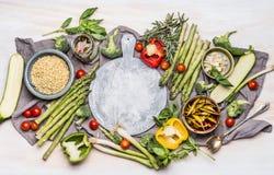 健康素食吃与各种各样的菜和大麦米 鲜美烹调的粥或沙拉成份在圆的c附近 免版税库存照片