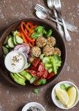 健康素食快餐设置了-奎奴亚藜丸子和新鲜的未加工的蔬菜在木桌上 免版税库存照片