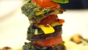 健康素食烹调、格栅蕃茄和茄子切片与pesto调味