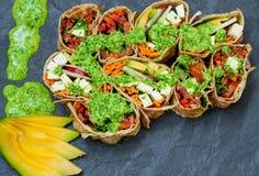 健康素食主义者沙拉玉米粉薄烙饼套 库存图片