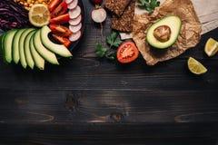 健康素食主义者食物概念 与菜和全麦面包的健康食物在木台式视图 复制空间 图库摄影