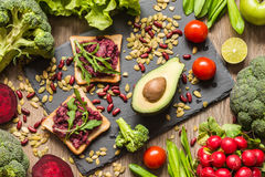 健康素食主义者食物 三明治和新鲜蔬菜在木背景 库存图片