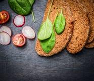 健康黑麦三明治成份,顶视图 免版税图库摄影