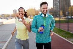 健身、体育、人们和生活方式概念 免版税图库摄影