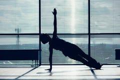 健身、体育、训练和人概念-做在席子的微笑的妇女胃肠锻炼在身体的健身房等高 免版税库存照片