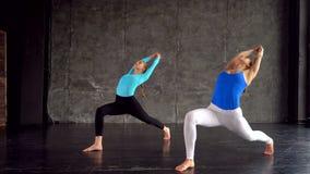 健身、体育和健康生活方式概念-做在健身房的人瑜伽 股票录像