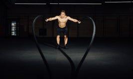 健身与争斗的人锻炼系住在健身房 在俱乐部的训练适合的身体 躯干 免版税图库摄影
