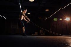健身与争斗的人锻炼系住在健身房 在俱乐部的训练适合的身体 躯干 库存照片