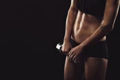 健身与哑铃的妇女锻炼 免版税库存图片