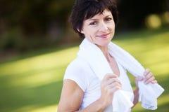 健身中间变老的妇女 免版税库存照片